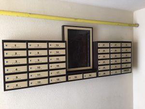 cutii postale si avizier pentru scara de bloc culoarea maro