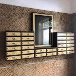 cutii postale si avizier pentru scara de bloc culoarea crem combinat cu maro