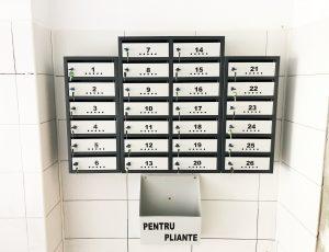 cutii postale si avizier pentru scara de bloc alb